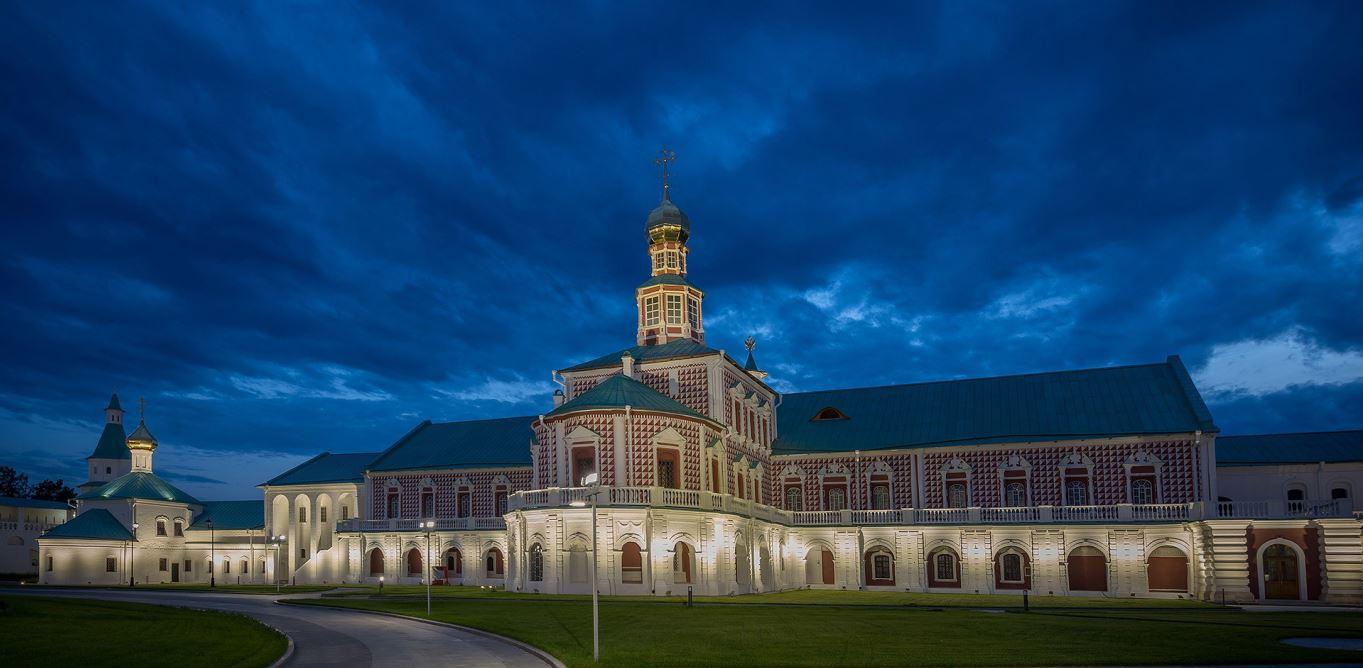 Подсветка монастыря светильниками Artemide
